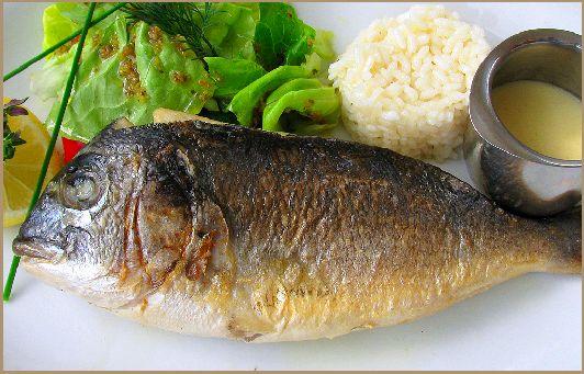 """Рыба """"Дорадо"""" с соусом"""