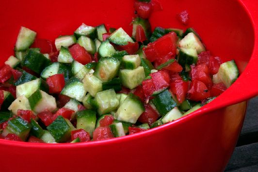 Классический израильский салат из помидоров и огурцов
