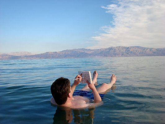 Купаясь в Мёртвом море, можно попутно заниматься чем-то: читать газету или отгадывать кроссоворды