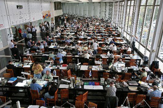 На первом этаже алмазной биржи заключаются многомилионные сделки