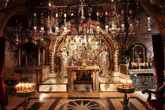 Алтарь Распятия, сооружённый на месте, где был воодружён Крест, в алтаре есть отверстие, через которое можно дотронуться до скалы Голгофы