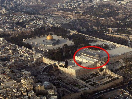 На фото - Купол скалы и мечеть Аль-Акса (обведена в красный кружок), являющаяся третьей святыней в исламском мире