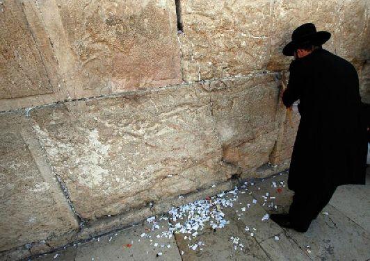 Своё название стена плача приобрела после того, как евреи стали оплакивать разрушенный Храм и стали взывать к Богу с просьбами о возрождении былой мощи Израиля
