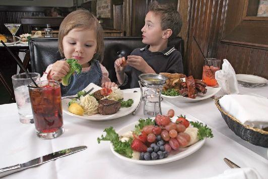 Израильтяне часто берут в кафе и рестораны своих чад