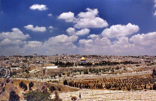 В июне в Иерусалиме уже можно запросто обгореть, тем не менее это самый комфортный в плане погодный условий летний месяц