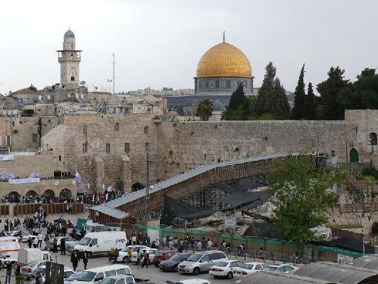 В ноябре Иерусалимское небо не может похвастаться пронзительной голубизной, зато в светлое время суток здесь по-прежнему тепло