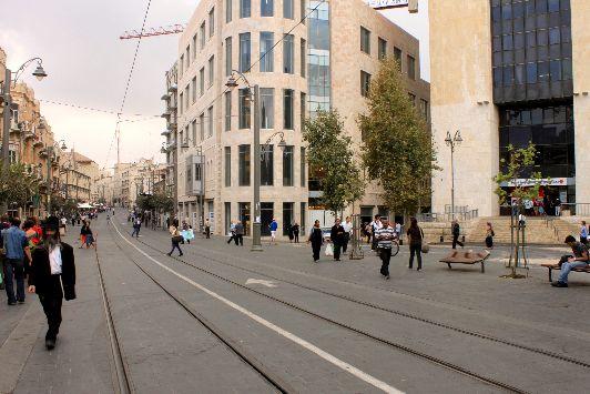 В первой половине октября Иерусалим ещё купается в нежных солнечных лучах, а со второй половины месяца, когда становится значительно прохладнее, небо всё чаще затягивается облаками