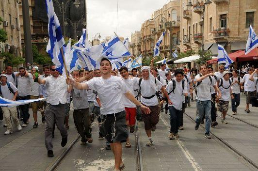 В начале марта в Иерусалиме ещё могут ходить в лёгких курточках, тогда как к его завершению народ уже вовсю щеголяет в футболках и шортах