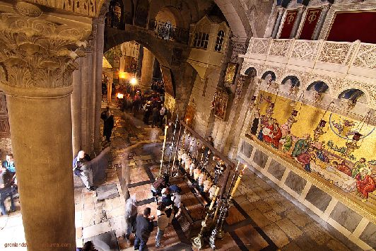 Перед входом в Храм Гроба Господня (чуть правее от него) лежит камень миропомазания, куда после снятия с Креста было положено тело Иисуса для умащивания маслами