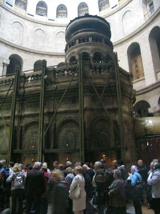 Кувуклия - небольшая купольная часовня с Приделом Ангела и Гробом Господнем, у которой всегда толпится огромное количество верующих