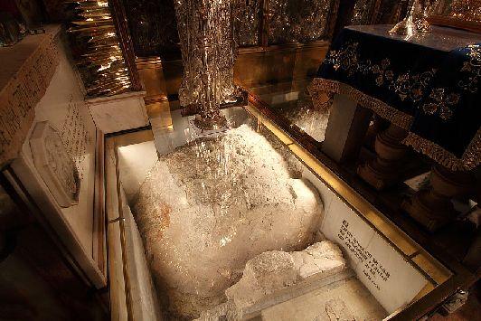 По обеим сторонам алтаря, под мощным бронированным стеклом видны остатки Голгофы