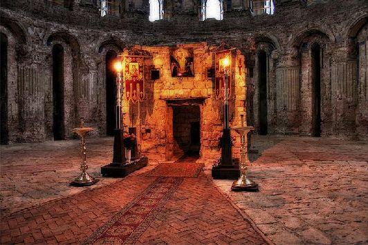 Над Кувуклией расположена Пещера Гроба Господня, где и был погребён Иисус