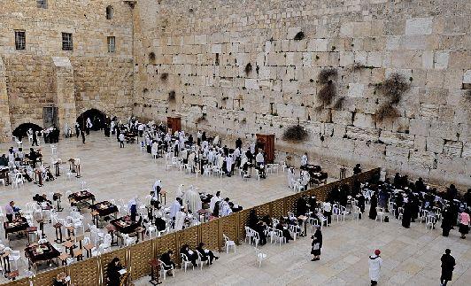 Возле Стены Плача, величайшей святыни еврейского народа, можно видеть молящихся в разное время суток людей