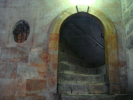 Сразу за входом в Храм Гроба Господня находятся 2 лестницы, ведущие на Голгофу - место, где был распят Иисус Христос