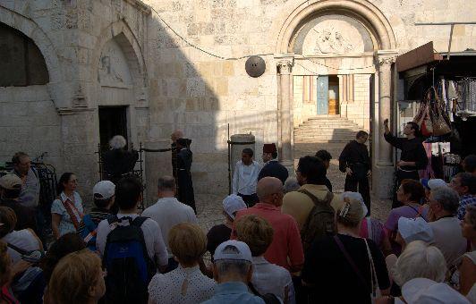 Виа Долороса состои из 14 канонизированных остановок, каждая из которых связана с определённым событием на Крестном пути