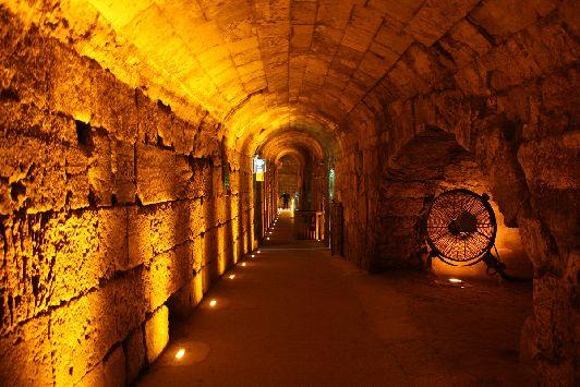 В Иерусалиме интересно гулять не только по земле, экскурсия по западным тоннелям позволяет туристам прикоснуться к более глубоким пластам иерусалимской истории