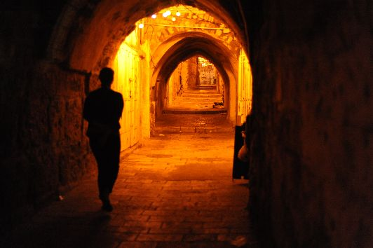Поздние вечерние прогулки в Израиле не таят в себе никакой опасности, но перестраховка всё же лишней не будет