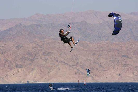 Красное море Израиля позволяет не только покупаться, но совершить незабываемые погружения в его недры и заняться различными видами водного спорта