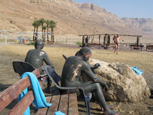 Если нет лишних денег на посещение дорогих спа-салонов, устройте себе бесплатный сеанс грязелечения прямо на берегу