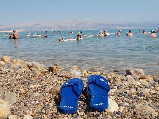 Из-за большой концентрации соли в Мёртвом море совершенно нельзя утонуть: вода выталкивает тело, как пробка. Каждый, кто купается в нём, испытвает непередаваемое ощущение воздушности