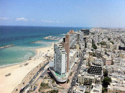 Побережье Тель-Авива - это уходящие вдаль белые песчаные пляжи и прозрачные голубые воды Средиземного моря