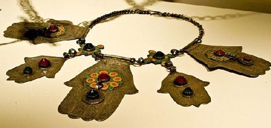 Считается, что люди, носящие браслеты с ладонью хамса, получают мощную защиту от негативной энергии окружающего мира