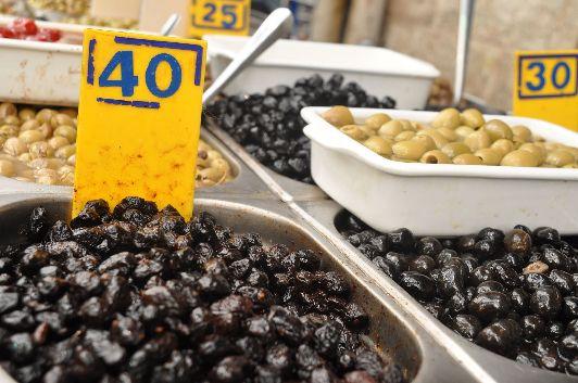 Ряд с оливками на иерусалимском рынке ''Махане Йегуда''