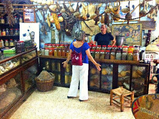 Отправляясь в Израиле на шоппинг, следует хорошо себя контролировать, чтобы не спустить все деньги, поскольку выбор товаров и сувениров в этой стране поистине огромен
