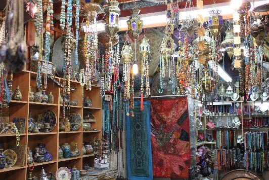 На израильских рынках продают много всяких красивостей для дома