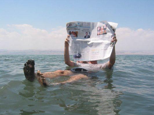На Мертвом море модно фотографироваться лежа на воде с книгой в руках