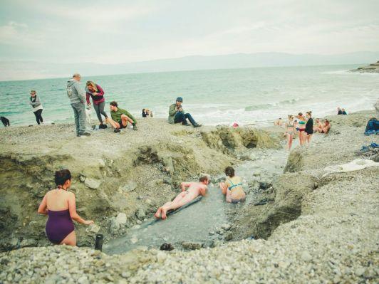 Купальные костюмы после погружения в Мертвое море сильно портятся, так что практичнее надеть что-то старое