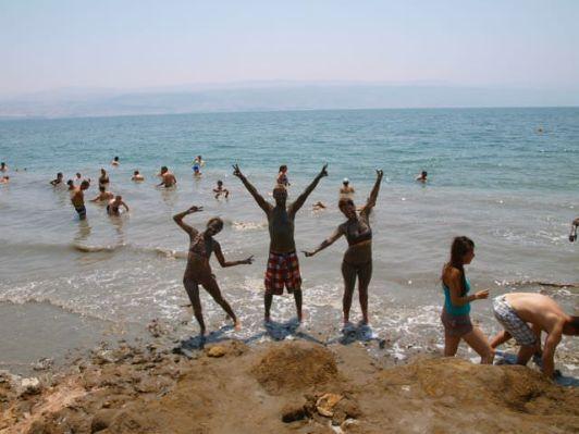 Грязи Мертвого моря оздоравливают и омолаживают
