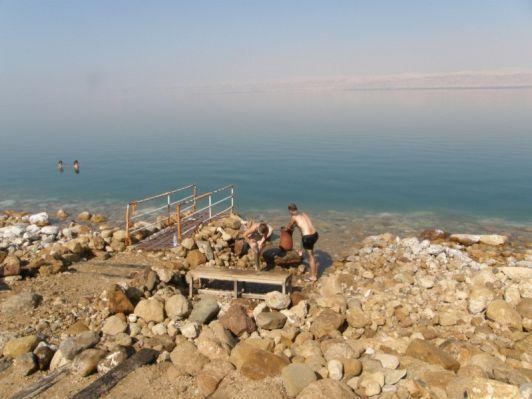 Кое-где на берегу Мертвого моря стоят большие глиняные кувшины с целебной грязью