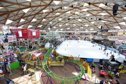 Помимо катка в Айс Молле для детей есть зона с турниками, лестницами и батутами