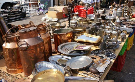 Многие туристы ездят на блошиные рынки как в музей старинных вещиц