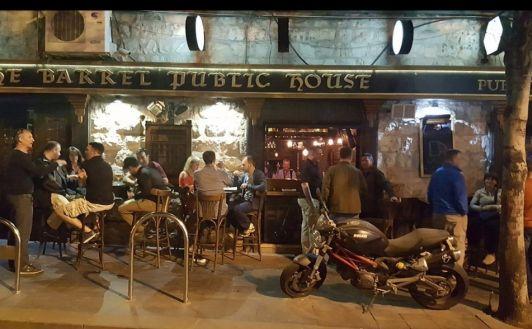 Бар Barrel Public House любят за приятную атмосферу и демократичные цены