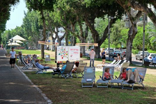 Бульвар Ротшильда – одна из главных туристических достопримечательностей города с бесплатными лежаками и велосипедными дорожками