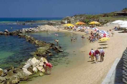 Зимние пляжи Эйлата почти пусты, по сравнению с высоким туристическим сезоном