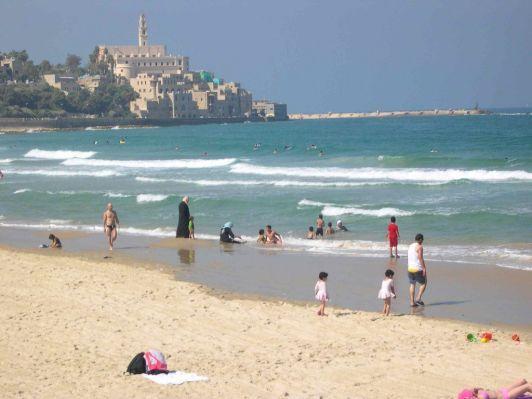 В прохладное время года на море вполне можно купаться, ведь температура воды около 20 градусов