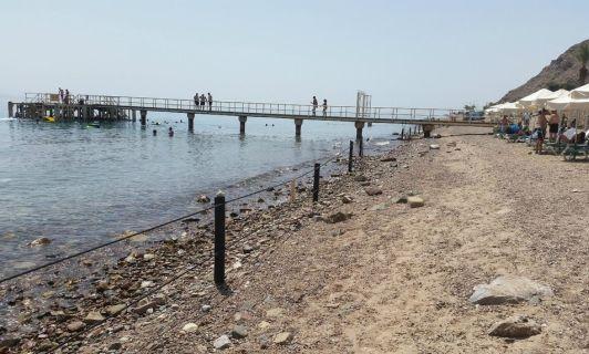 На пляже Принцесса в воду лучше нырять с пирса, потому что у берега заход в воду очень каменистый