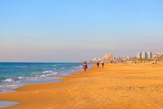 Дадо пляж пролегает вдоль берега Средиземного моря