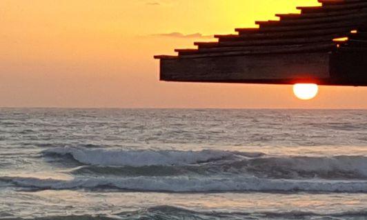 В вечерние часы с этого пляжа можно любоваться необыкновенными закатами