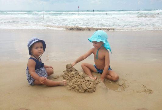На пляже Хоф Кармель детям нравится играть в чистом, бархатистом песке
