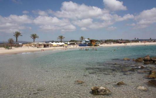 Пляж Хоф Дор находится рядом с заповедной зоной