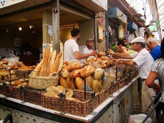 Рынок Махане Иегуда - колоритное и шумное место, где можно приобрести свежие овощи, фрукты, выпечку и другие продукты!