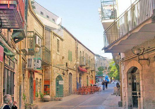 Улица Нахалат Шива находится в старой части Иерусалима, где вы сможете не только купить что-нибудь, но и покушать в кафе или ресторане, где Вас ждут блюда местной кухни