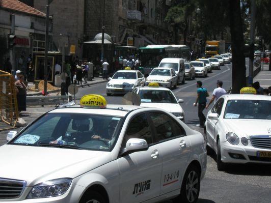 Такси можно вызвать по телефону, но дешевле и быстрее поймать его на улице