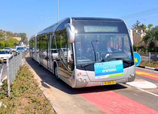 Метронит это длинный автобус со своей дорожной полосой