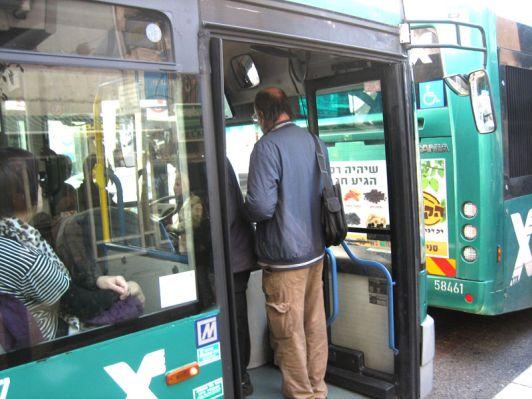 Заходить в автобус нужно в переднюю дверь и сразу оплачивать проезд водителю