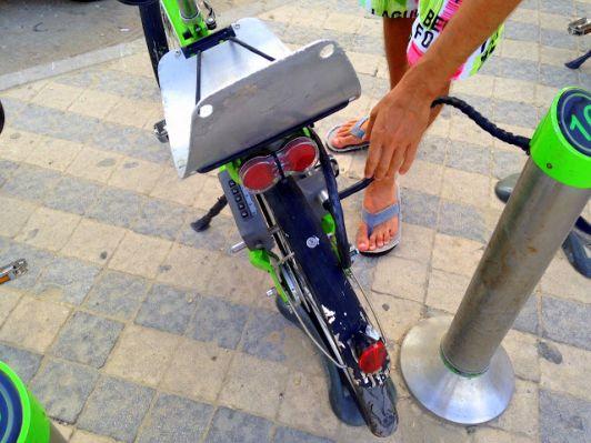 Паркуя свой велосипед на стоянку, не забудьте нажать кнопку lock!
